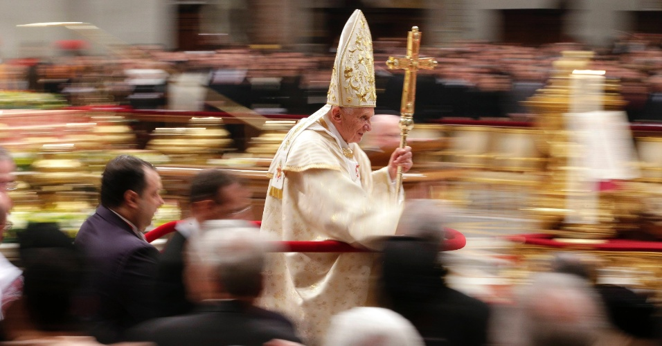 25.dez.2012 - Papa Bento 16 deixa a basílica de São Pedro, no Vaticano, após celebrar a Missa do Galo. Durante a missa, o papa criticou a violência religiosa e a rejeição a Deus