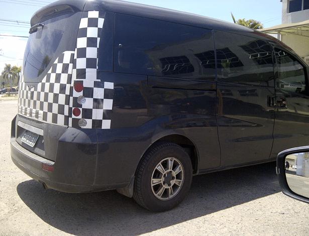 JAC Refine, van de passageiros da marca chinesa, é vista em Sorocaba (SP)