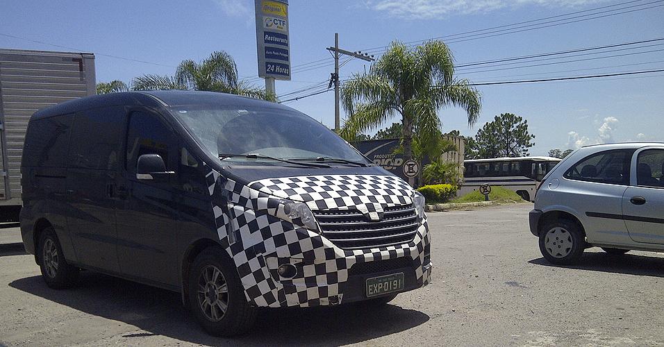 JAC Refine, van para até sete pessoas, com motor 1.9 turbo e câmbio de seis marchas, é vista sob disfarce em Sorocaba (SP)