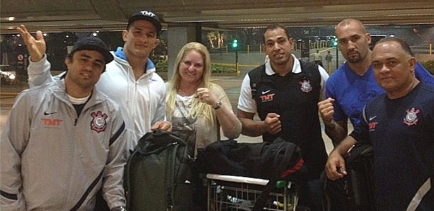 Jnior Cigano embarca para o UFC 155 com sua equipe, entre eles os tcnicos Ramon Lemos (e) e Luis Drea (d)