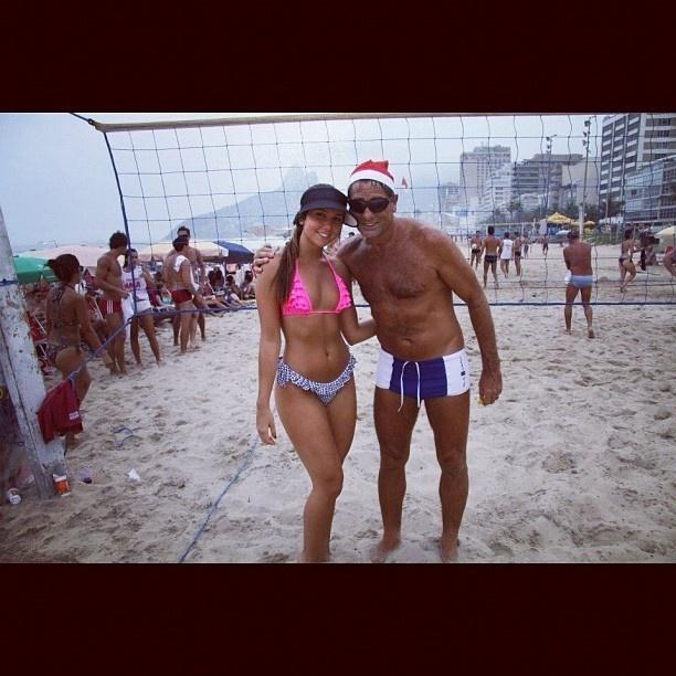Renato Gaúcho e a filha, Carolina Portaluppi, curtem praia no Rio no Natal