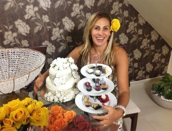13.dez.2012 - Ângela Bismarchi fez degustação dos doces que serão servidos em seu casamento