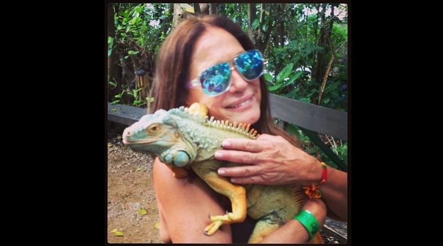 26.dez.2012 - De férias na Jamaica, Susana Vieira divulgou uma imagem abraçada a um camaleão.
