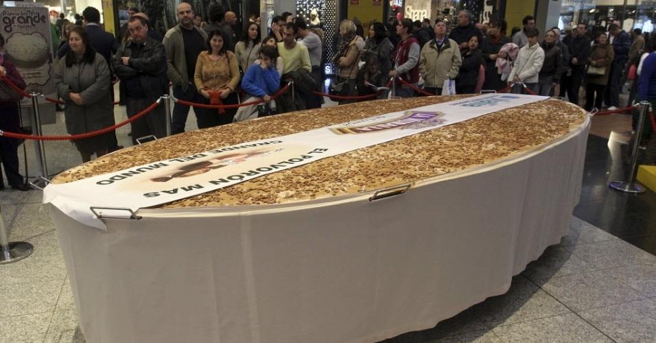 26.dez.2012 - Fábrica prepara biscoito amanteigado de cinco metros de comprimento e 300 quilos, considerado o maior do mundo, para repartir com 10 mil pessoas no centro comercial da cidade de Málaga, no sul da Espanha
