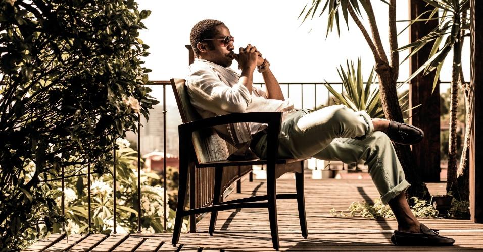 """26.dez.2012 - Lázaro Ramos fez um ensaio para a edição de janeiro da revista """"TAM Nas Nuvens"""". O ator posou em um hotel em Santa Teresa, bairro turístico do Rio"""
