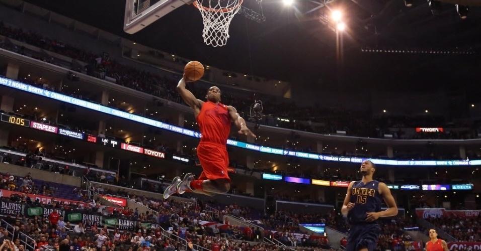 Eric Bledsoe voa para a cravada na vitória dos Clippers sobre os Nuggets