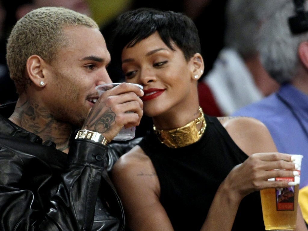 O casal de msicos Chris Brown e Rihanna curtem a rodada especial de Natal da NBA assistindo ao jogo entre Lakers e Knicks no Staples Center