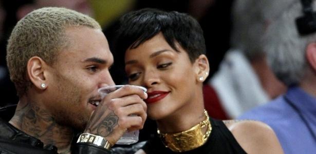 O casal de músicos Chris Brown e Rihanna assistem à rodada especial de Natal da NBA