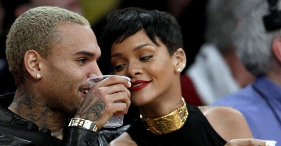 O casal de músicos Chris Brown e Rihanna curtem a rodada especial de Natal da NBA assistindo ao jogo entre Lakers e Knicks no Staples Center