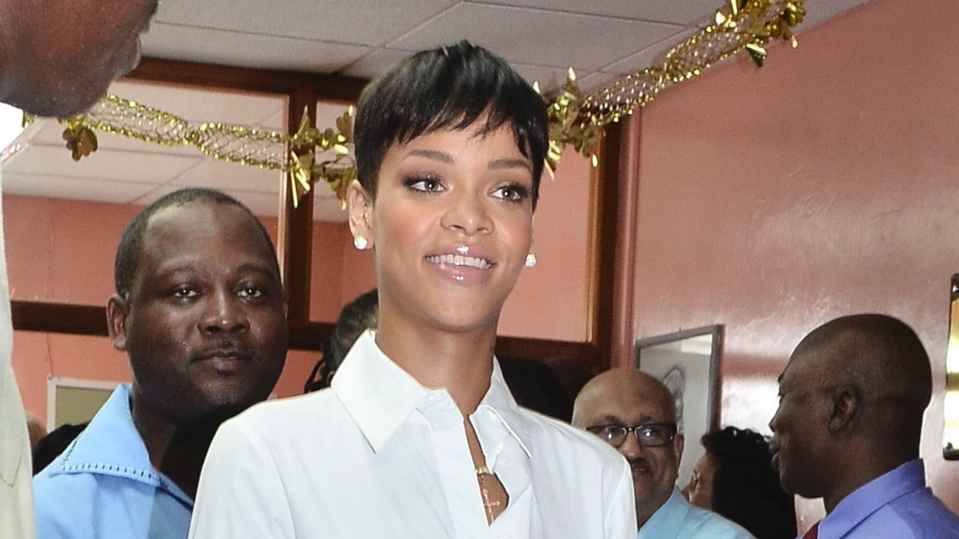 22.dez.2012 - Rihanna visitou o hospital  Queen Elizabeth, em Barbados, Caribe
