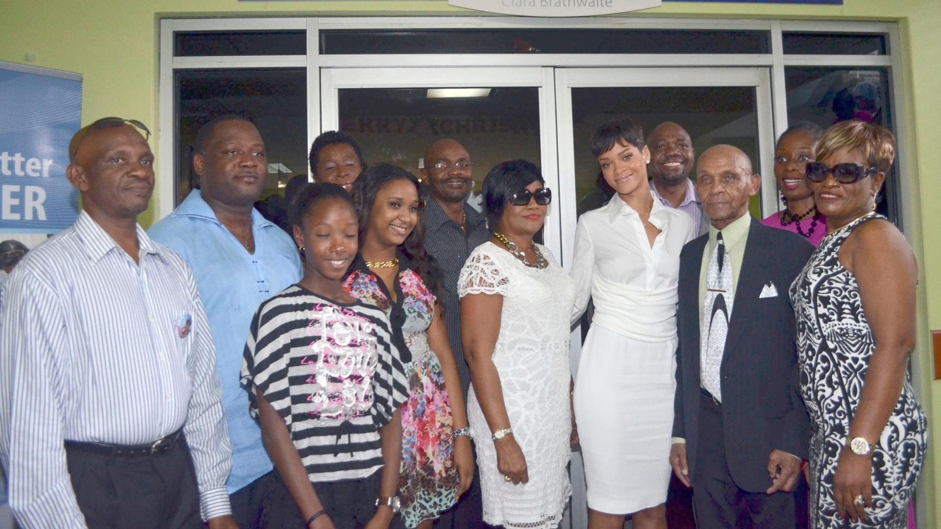 22.dez.2012 - Rihanna visitou o hospital Queen Elizabeth, em Barbados, Caribe