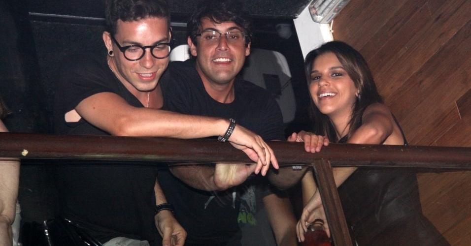 26.dez.2012 - Di Ferrero, Bruno de Luca e Mariana Rios conversam durante o show do Black Carlos no Barzin, em Ipanema, no Rio de Janeiro
