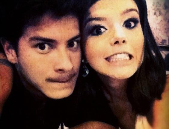27.dez.2012 - A atriz Giovanna Lancellotti publicou foto com o namorado Arthur Aguiar. Eles fazem careta e como legenda ela escreveu:
