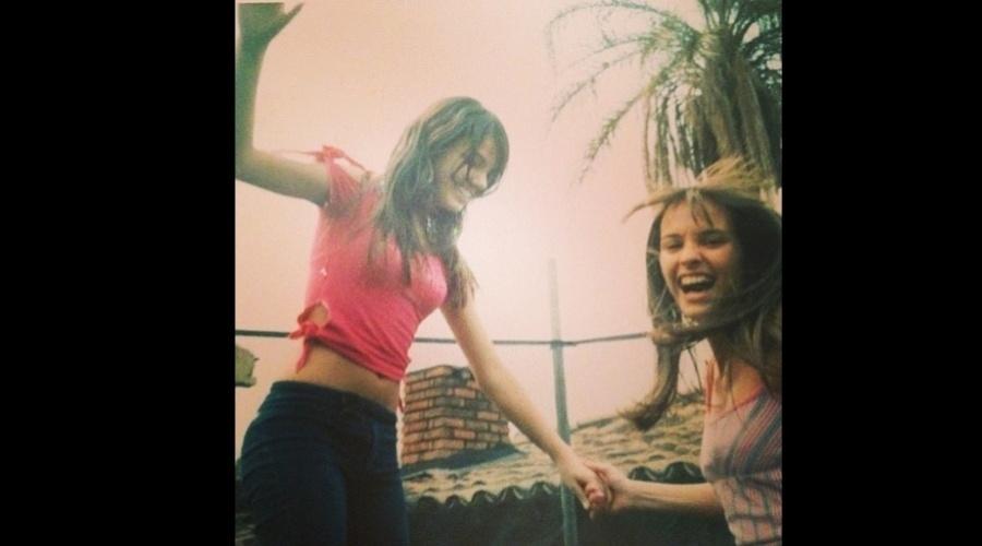 27.dez.2012 - Isis Valverde divulgou uma imagem da adolescência. Na foto a atriz (de camisa rosa) aparece ao lado de uma amiga.