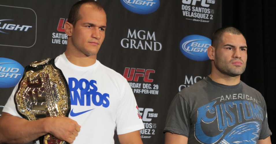 27.dez.2012 - Junior Cigano segura seu cinturão dos pesados ao lado do desafiante Cain Velásquez
