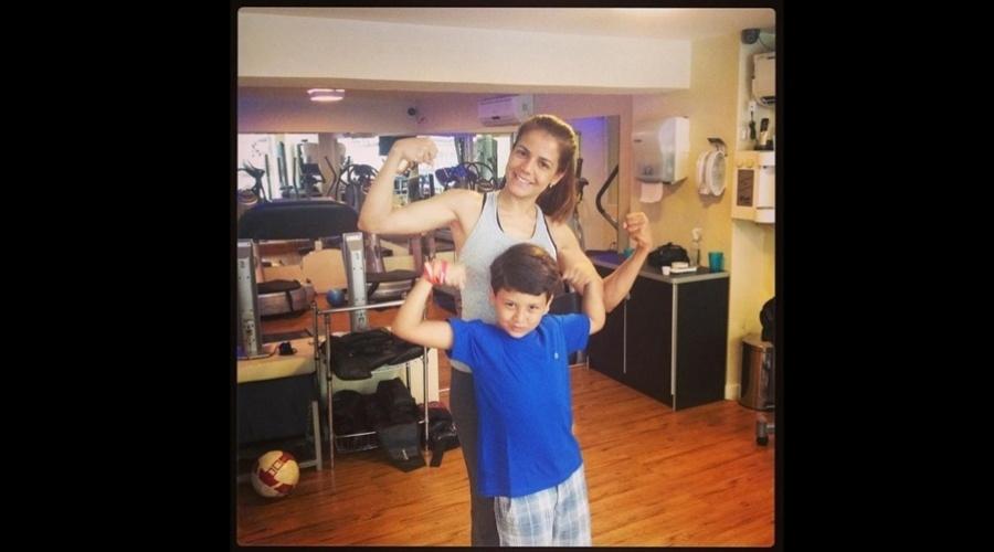 27.dez.2012 - Nívea Stelmann levou o filho, Miguel, para a acompanhá-la na academia. A atriz divulgou uma imagem dos dois por meio do Instagram