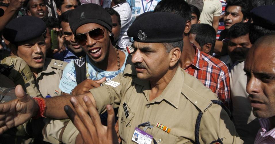 27.dez.2012 - Ronaldinho Gaúcho é escoltado por policiais ao chegar em Pune, na Índia, onde irá promover o filme