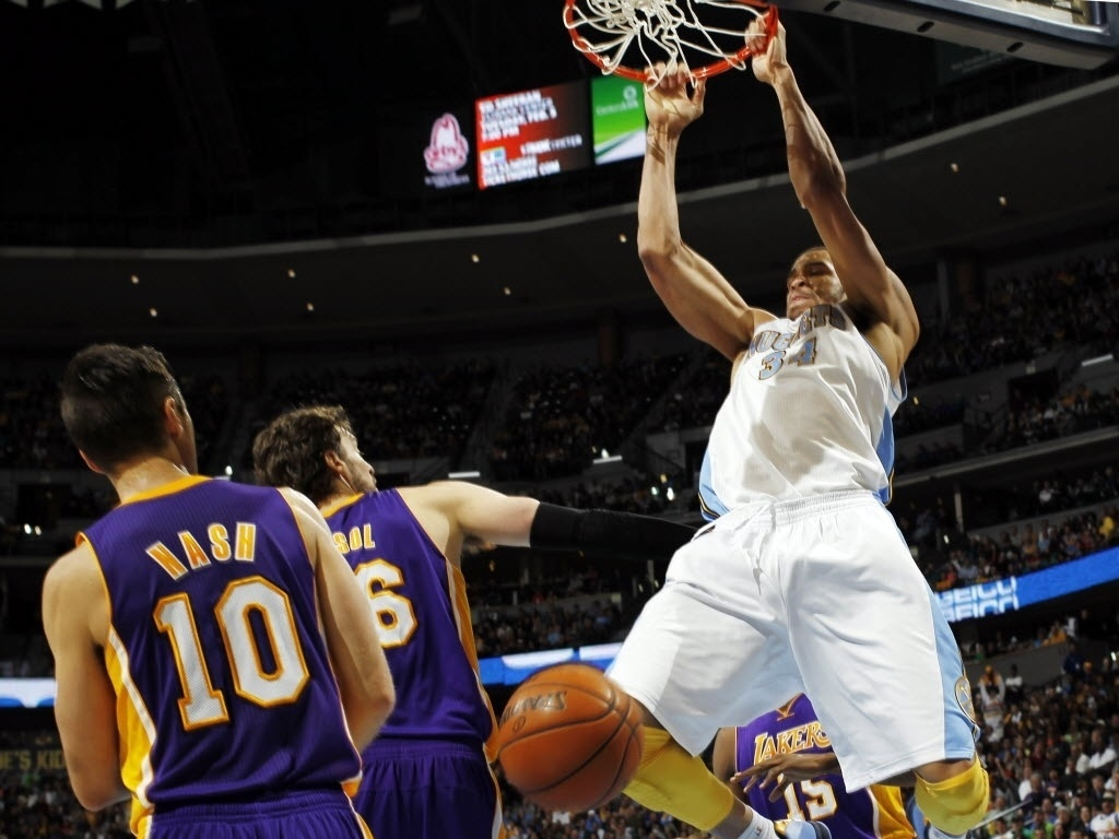 Javale McGee enterra sobre Pau Gasol no triunfo dos Nuggets contra os Lakers