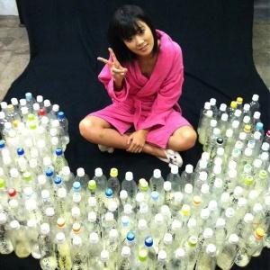 Uta Kohaku, atriz japonesa de filmes pornôs, posa ao lado de garrafas com sêmen enviadas por seus fãs