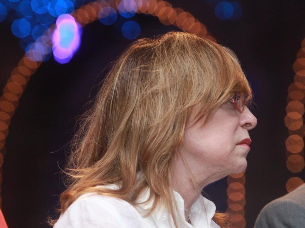 28.Dez.2012 - A autora de novelas Glória Perez comparece à missa em homenagem aos 20 anos da morte de sua filha, Daniella Perez, realizada no bairro de Ipanema, no Rio
