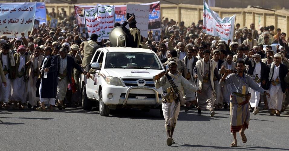 28.dez.2012 - Apoiadores da milícia rebelde xiita Houthi fazem protesto contra o governo do Iêmen, em Saada. Milhares de pessoas tomaram as ruas da cidade em uma grande manifestação que exigia a retirada de tropas americanas do país