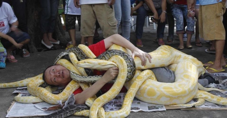 Imagens.Diversas 28dez2012---homem-e-envolvido-por-diversas-cobras-durante-apresentacao-para-comemorar-a-chegada-do-ano-da-serpente-no-calendario-chines-em-malabon-no-norte-de-manila-filipinas-1356680944823_956x500