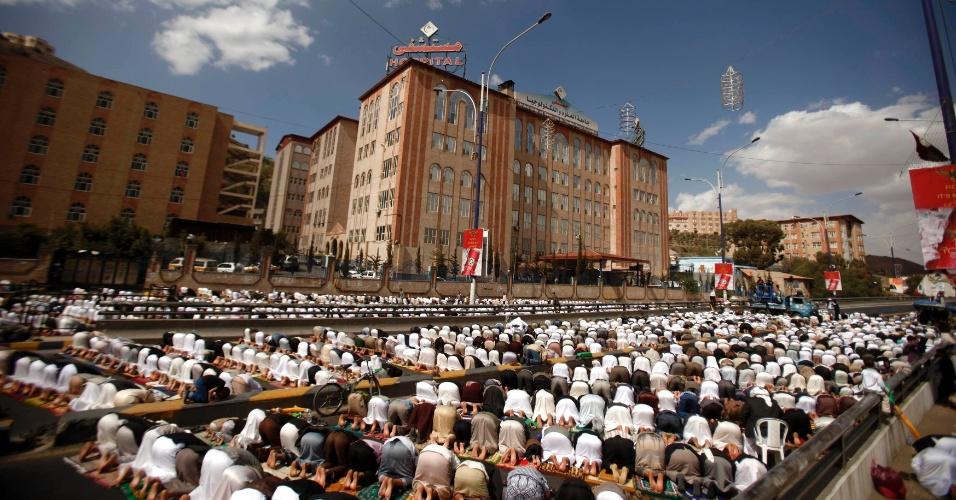 28.dez.2012 - Manifestantes iemenitas pró-democracia participam das orações de sexta-feira durante marcha semanal em Sanaa, capital do país