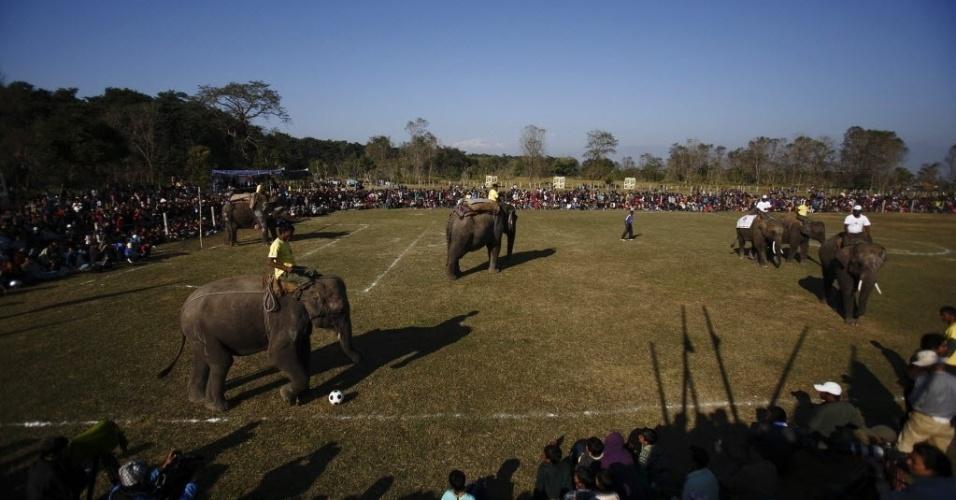A partida de futebol entre elefantes é tradicional na cidade de Sauraha, a 170 km da capital do Nepal, Katmandu