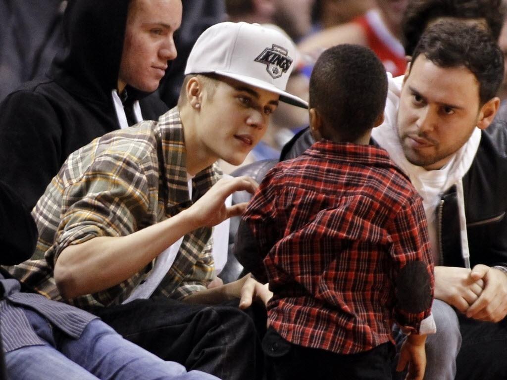 Justin Bieber vai à jogo da NBA e vira