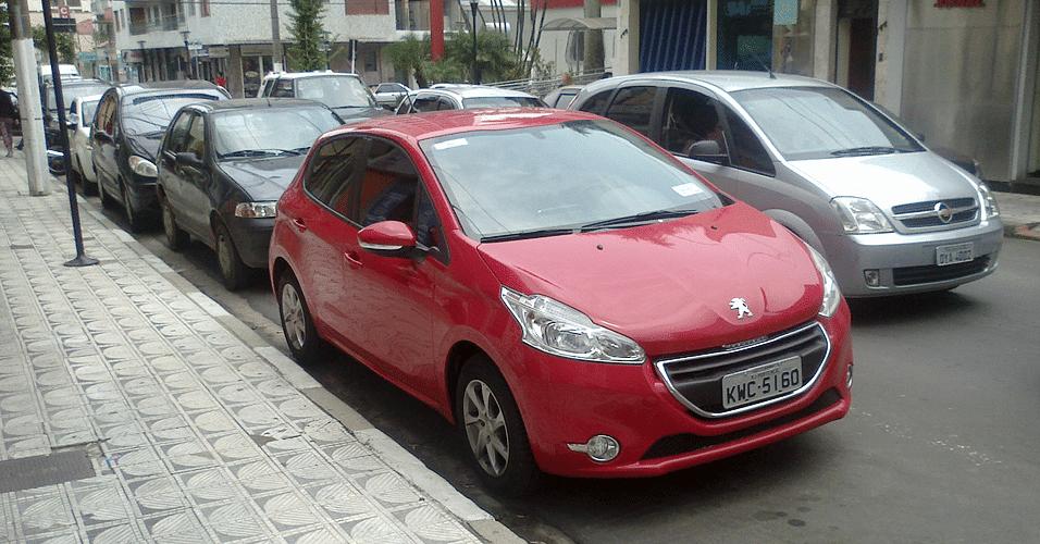 Peugeot 208 é visto completamente limpo em rua de Serra Negra, no interior de São Paulo. O lançamento está marcado para março de 2013