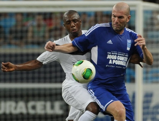 Zidane tenta passar pela marcação de Amaral, em jogo amistoso disputado na Arena do Grêmio