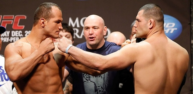 28.dez.2012 - Jnior Cigano e Cain Velsquez ficam cara a cara pela ltima vez antes da revanche no UFC 155, valendo o cinturo dos pesos pesados do UFC