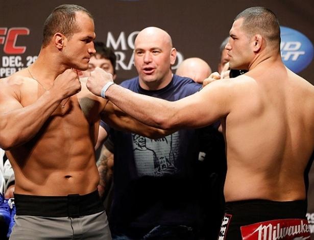 28.dez.2012 - Júnior Cigano e Cain Velásquez ficam cara a cara pela última vez antes da revanche no UFC 155, valendo o cinturão dos pesos pesados do UFC