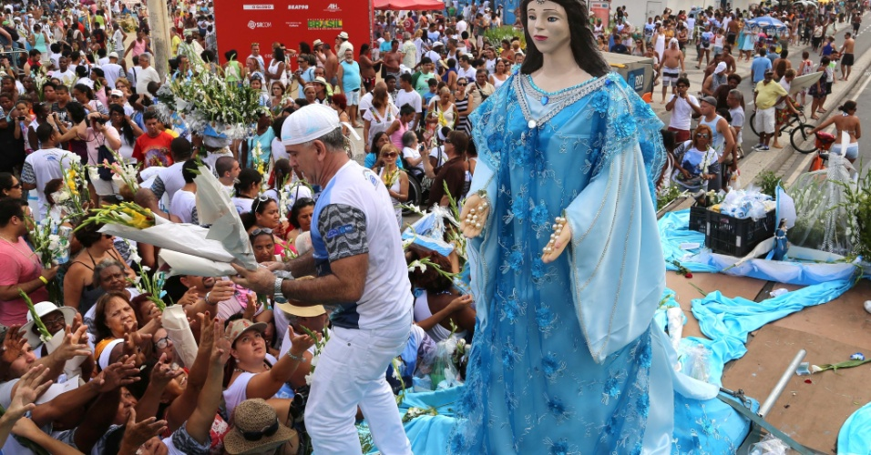 29.dez.2012 - Carreata com imagem de Iemanjá percorre as ruas do Rio de Janeiro, neste sábado (29)