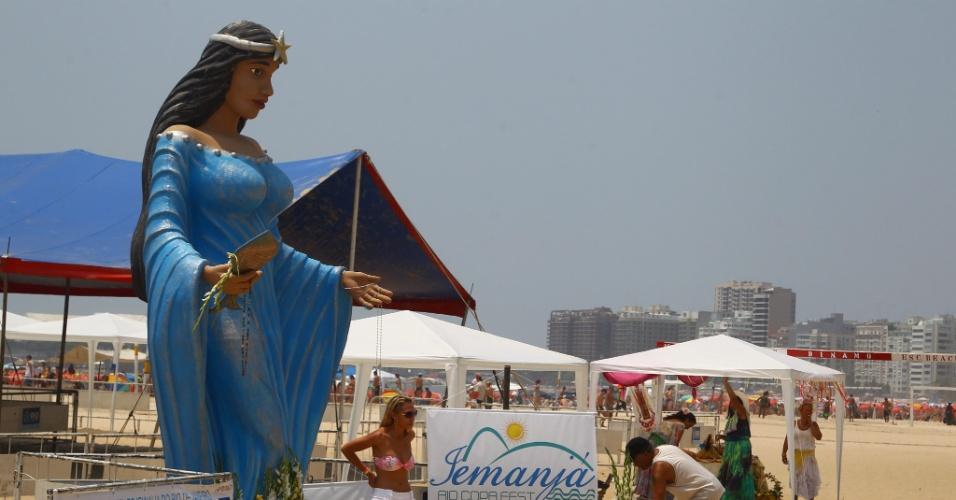 29.dez.2012 - Imagem gigante de Iemanjá na praia de Copacabana, no Rio de Janeiro, durante homenagens à orixá, neste sábado (29)