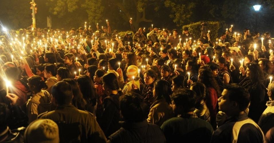 29.dez.2012 - Indianos  participam de protesto pacífico em Nova Déli, na Índia, contra a violência sexual, que tem altos índices no país. Os manifestantes também defendem medidas de proteção e segurança para as mulheres. A manifestação ocorreu após a morte da  estudante indiana vítima de estupro coletivo. A  jovem de 23 anos morreu na sexta-feira (28)