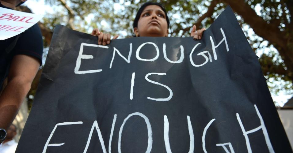 29.dez.2012 - Manifestante participa de protesto pacífico em Mumbai, na Índia, contra a violência sexual no país, após morte de uma estudante de medicina. A universitária de 23 anos morreu na noite desta sexta-feira (28) em um hospital de Cingapura, onde estava internada. Seis homens estupraram a jovem no último dia 16, quando ela seguia viagem em um ônibus. Ela foi jogada pelos agressores do ônibus em movimento