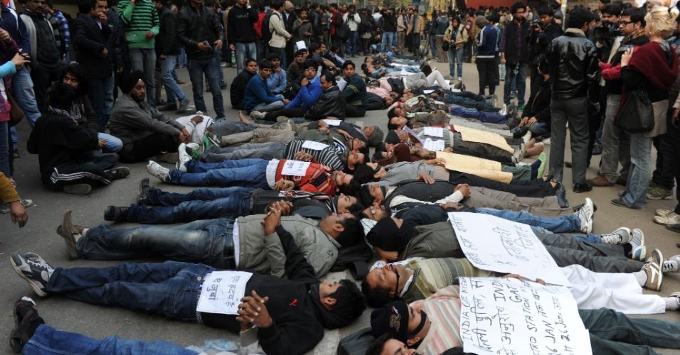 29.dez.2012 - Manifestantes deitam em rua de Nova Déli, na Índia, durante um protesto contra a violência sexual no país, após a morte de uma estudante vítima de um estupro coletivo.
