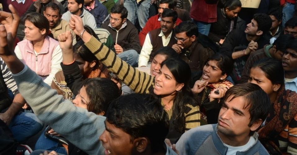 29.dez.2012 - Manifestantes se reúnem em Nova Déli (Índia) após morte de estudante estuprada, para pedir mais segurança para as mulheres no país. A universitária de 23 anos morreu na noite desta sexta-feira (28) em um hospital de Cingapura, onde estava internada. Seis homens estupraram a jovem no último dia 16, quando ela seguia viagem em um ônibus. Ela foi jogada pelos agressores do ônibus em movimento