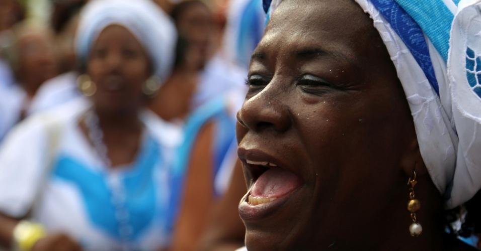 29.dez.2012 - Polulação participa de homenagem à Iemanjá, em Copacabana, no Rio de Janeiro, neste sábado (29)