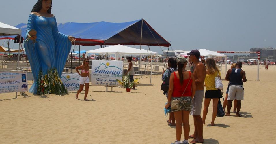 29.dez.2012 - Turistas observam imagem gigante de Iemanjá na praia de Copacabana, no Rio de Janeiro, neste sábado (29)