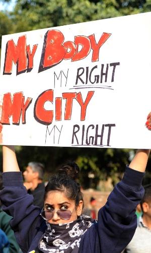 """29.dez.2012 -Mulher exibe um cartaz onde se lê """"meu corpo, meu direito, minha cidade, meu direito"""" durante um protesto em Nova Déli, na Índia, contra a violência sexual no país, após a morte de uma estudante vítima de um estupro coletivo. A universitária de 23 anos morreu na noite desta sexta-feira (28) em um hospital de Cingapura, onde estava internada. Seis homens estupraram a jovem no último dia 16, quando ela seguia viagem em um ônibus. Ela foi jogada pelos agressores do ônibus em movimento"""