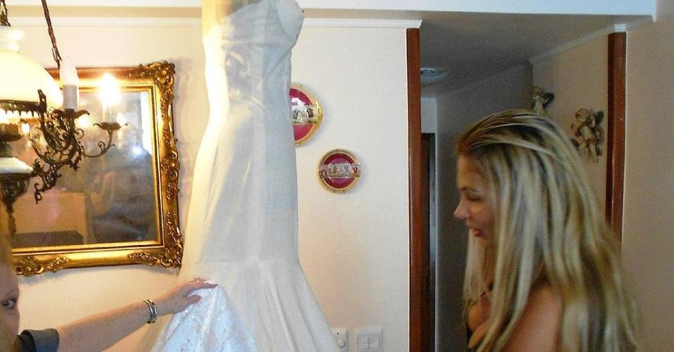 Ângela Bismarchi mostra vestido de noiva
