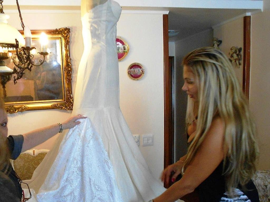 Ângela Bismarchi posta foto de seu vestido de noiva