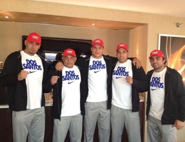 Cigano e seu time posam para foto antes do UFC 155 em Las Vegas
