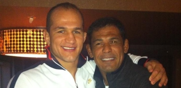 Junior Cigano (e) recebe o apoio do lutador e amigo Minotauro antes de lutar no UFC 155