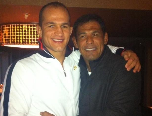 Junior Cigano (e) recebe o apoio do lutador e amigo Minotauro antes de lutar no UFC 155