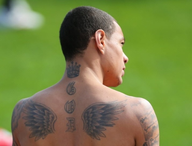 O holands Van der Wiel mostra suas tatuagens durante treino do PSG em Doha, no Qatar