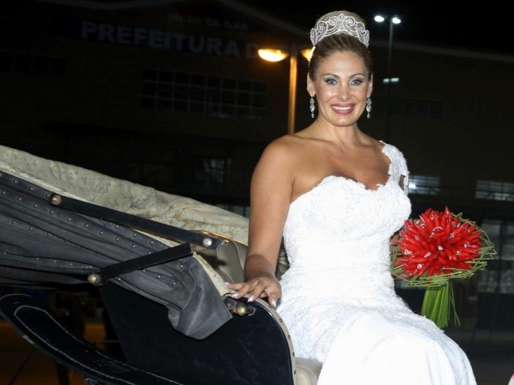 29.dez.2012 - Ângela Bismarchi chega para se casar em carruagem