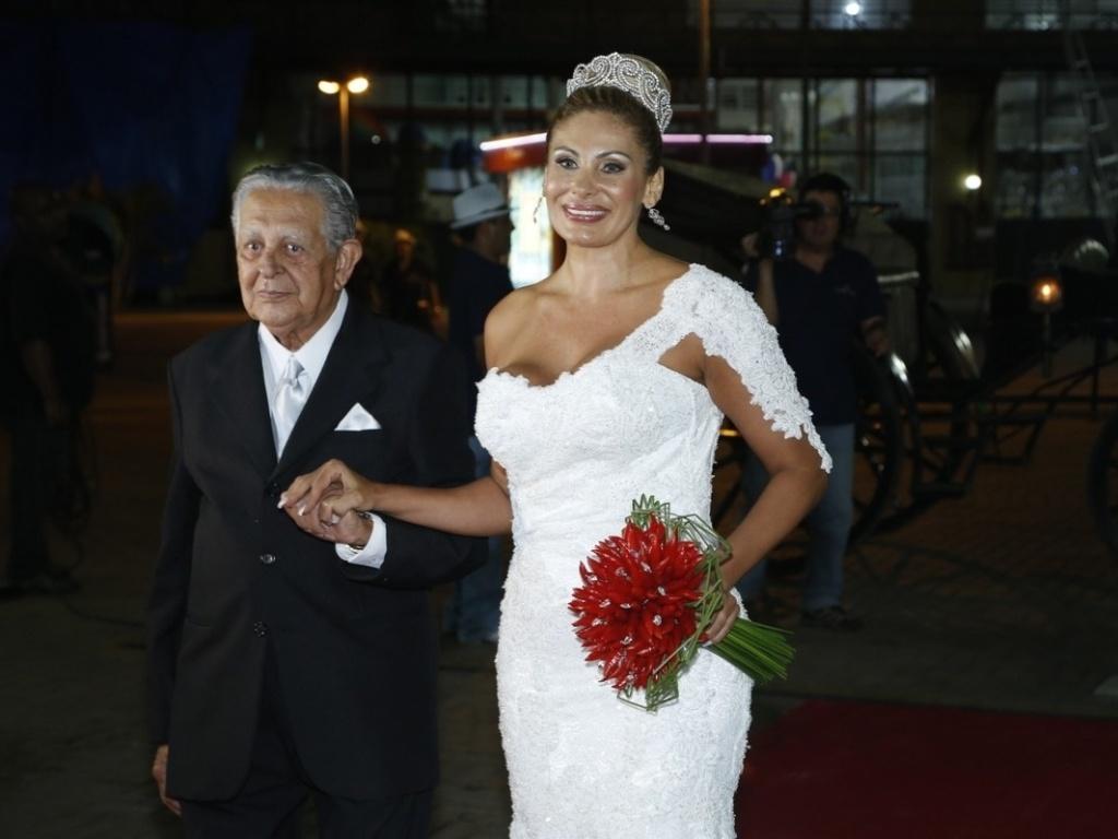 29.dez.2012 - Ângela Bismarchi é conduzida ao altar pelo sogro, Darcy Moraes